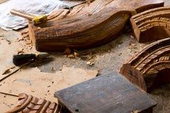 Hölzerne Skulpturen und Arbeitswerkzeuge an der Wiederherstellungswerkstatt am Schongebiet der Wahrheit, Thailand Lizenzfreie Stockfotos