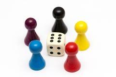 Hölzerne Spielstücke auf weißem Hintergrund Stockfotografie