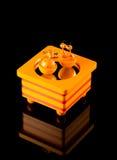 Hölzerne Spieluhr mit den Tanzenkühen lokalisiert auf Schwarzem Stockbilder