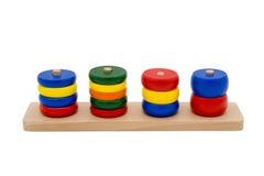 Hölzerne Spielwaren als Puzzlespiel mit verschiedenen Formen lokalisiert auf Weiß Stockfotos