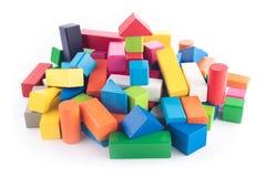 Hölzerne Spielwaren, bunter Kind-` s Designer auf weißem Hintergrund, Unterhaltung mit einem Kind, Entwicklung von Vorschülern, c Lizenzfreie Stockbilder