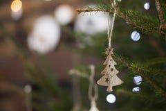Hölzerne Spielwaren Eco auf einem lebhaften grünen neuen Jahr des Weihnachtsbaums Lizenzfreie Stockbilder