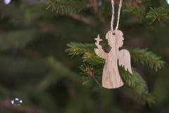 Hölzerne Spielwaren Eco auf einem lebhaften grünen neuen Jahr des Weihnachtsbaums Stockbilder