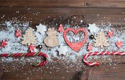 Hölzerne Spielwaren, Plätzchen, Süßigkeiten auf Weihnachten stockfoto