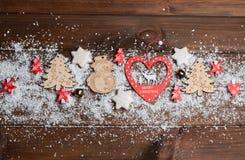 Hölzerne Spielwaren, Plätzchen, Süßigkeiten auf Weihnachten lizenzfreies stockfoto
