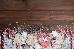 Hölzerne Spielwaren, Plätzchen, Süßigkeiten auf Weihnachten stockfotografie