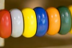 Hölzerne Spielwaren zu lernen und Spiel mit Formen und Farbe Stockbild
