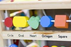 Hölzerne Spielwaren zu lernen und Spiel mit Formen und selektiven f zu färben Stockfotos