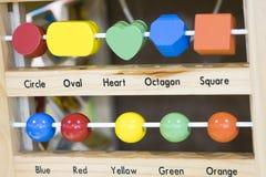 Hölzerne Spielwaren zu lernen und Spiel mit Formen und selektiven f zu färben Lizenzfreies Stockbild