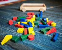 Hölzerne Spielwaren zum didaktischen und pädagogischen Zweck auf einem Spielfeld Stockfoto