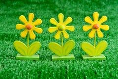 Hölzerne Spielzeug-Gänseblümchen auf Rasen Lizenzfreies Stockbild