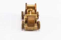 Hölzerne Spielzeugautominiatur auf weißem Hintergrund stockfotografie