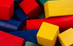 Hölzerne Spielzeugbaublöcke auf Weiß Lizenzfreies Stockfoto