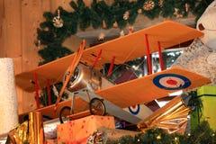 Hölzerne Spielzeugflugzeugweinlese-Artgeschenke für Weihnachts- und des neuen Jahresschaufenster podakri unter dem Baum stockfotos