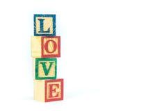 Hölzerne Spielzeugwürfel werden benutzt, um die Wortliebe, Liebeskonzept O zu schaffen Lizenzfreie Stockfotos