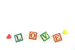 Hölzerne Spielzeugwürfel werden benutzt, um die Wortliebe, Liebeskonzept O zu schaffen Stockfotografie