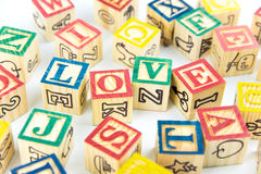 Hölzerne Spielzeugwürfel werden benutzt, um die Wortliebe, Liebeskonzept O zu schaffen Lizenzfreies Stockfoto