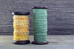 Hölzerne Spulen mit Wolle und Baumwollgarn Stockfoto