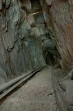 Hölzerne Spuren in der alten Grube Lizenzfreies Stockbild