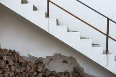 Hölzerne Stämme gestapelt unter Treppe Lizenzfreies Stockfoto