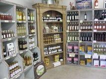Hölzerne Stände mit den Produkten im Shop Stockbilder