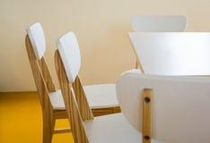 Hölzerne Stühle im Bibliotheksraum Lizenzfreie Stockfotos