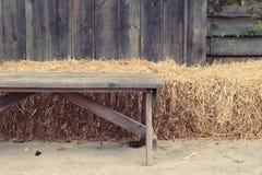 Hölzerne Stühle im Garten Lizenzfreies Stockfoto
