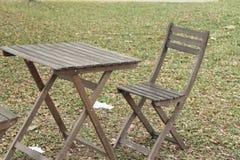 Hölzerne Stühle im Garten Stockfotografie