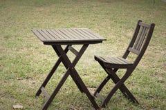 Hölzerne Stühle im Garten Stockbilder