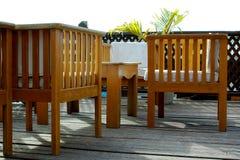 Hölzerne Stühle und Tabelle Stockbilder