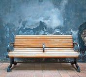 Hölzerne Stühle und Wände lizenzfreie stockbilder