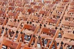 Hölzerne Stühle vor Konzert lizenzfreie stockfotos