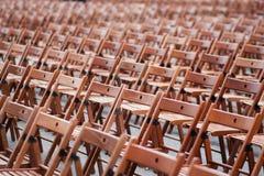 Hölzerne Stühle vor Konzert Stockfotos