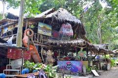 Hölzerne Stange Hyppie-Art an Tonsai-Dorf zwischen AO Nang und Railay lizenzfreies stockbild