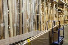 hölzerne Stangen am Holzplatz des Baumarkts Gestell der vorgeschnittenen Platte, Mühlholzbauholz, Abstellgleis, Sperrholz im Lage stockbild