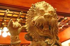 Hölzerne Statue des Löwes China lizenzfreie stockfotografie