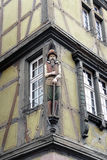 Hölzerne Statue an einem Haus in Colmar, Elzas, Frankreich Lizenzfreies Stockfoto