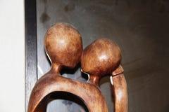 Hölzerne Statuenfigürchenmannfrauen-Kussliebe Stockbild