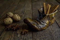 Hölzerne Stiefel in den warmen Farben auf dem hölzernen Hintergrund Lizenzfreie Stockfotografie