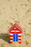 Hölzerne Strand-Hütte im Sand Stockbilder