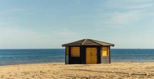 Hölzerne Struktur auf dem Strand Lizenzfreie Stockfotografie