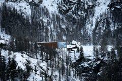 Hölzerne Struktur im Wald stockfotografie