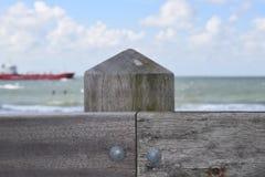 Hölzerne Struktur mit einem Schiff im Hintergrund Stockfoto