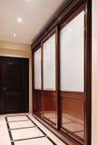Hölzerne Tür auf der Vorhalle mit Garderobe und Wandschrank Stockfotografie