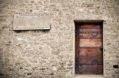 Hölzerne Tür auf Steinwand Stockbild
