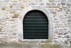 Hölzerne Tür auf Steinwand Lizenzfreie Stockfotos