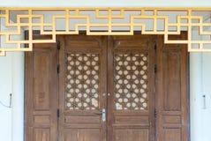 Hölzerne Tür Browns mit chinesischer Art der Weinlese Lizenzfreies Stockfoto