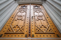Hölzerne Tür der Kirche Stockfoto