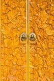 Hölzerne Tür des Landhauses mit geschnitzter Verzierung Lizenzfreies Stockfoto