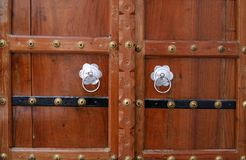 Hölzerne Tür mit silbernen Griffen. Pushkar, Indien Stockbild